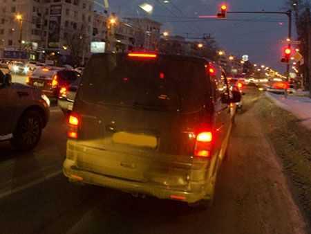 В Челябинске автоледи на иномарке снесла деревья и столб