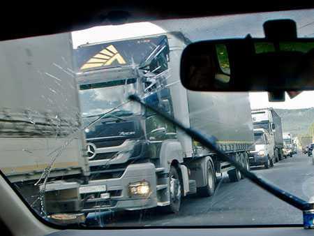 ВАшинском районе иностранная машина врезалась вКамАЗ: автоледи погибла