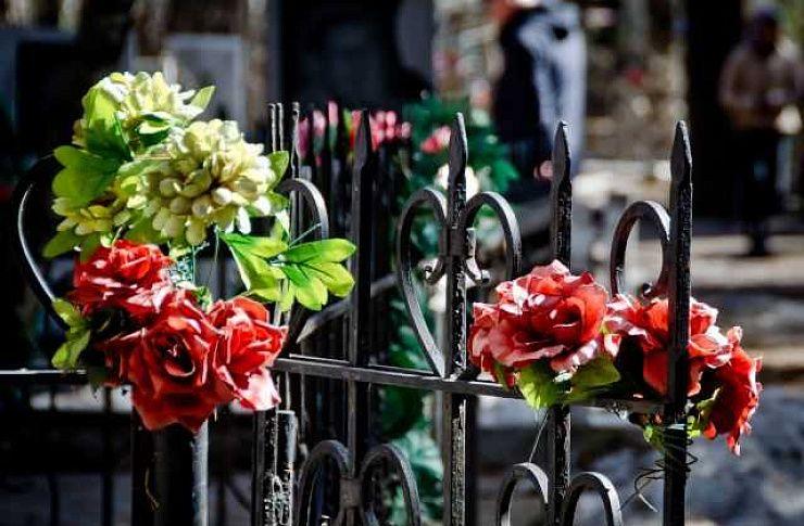 У жителей Ленинградской области на кладбище в Чебаркуле украли деньги и билеты на самолет