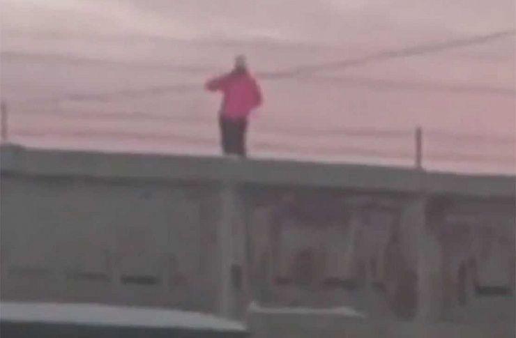Гуляющих покрыше дома молодых людей сняли навидео вМиассе