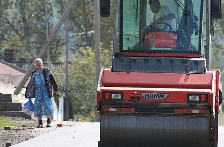 Впоселке Тимирязевский засчет областных средств реконструируют главную автодорогу